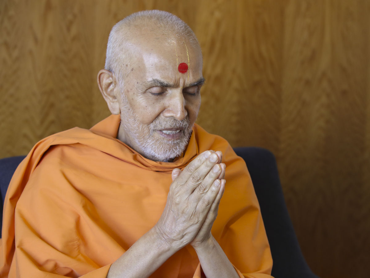 Swamishri offers prayers to Thakorji