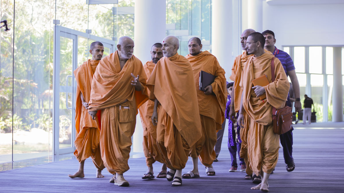 Swamishri on his way to attend the morning session of the convention