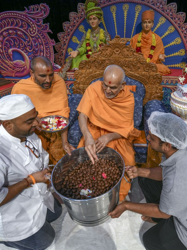 Swamishri sanctifies chocolates as prasad for the youths