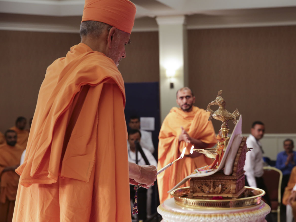 Swamishri lights the inaugural lamp of the National Leadership Seminar 2018
