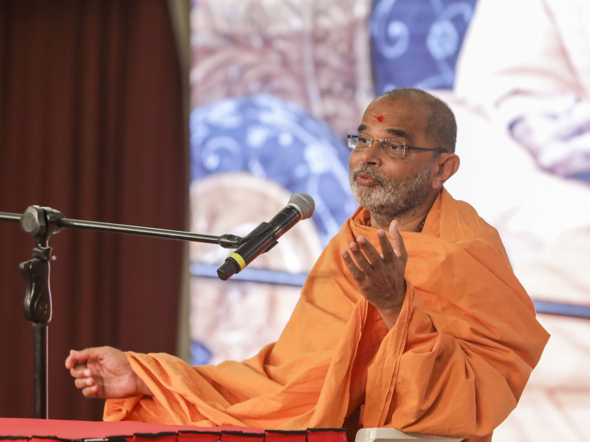 Gnaneshwar Swami addresses the morning session of the seminar