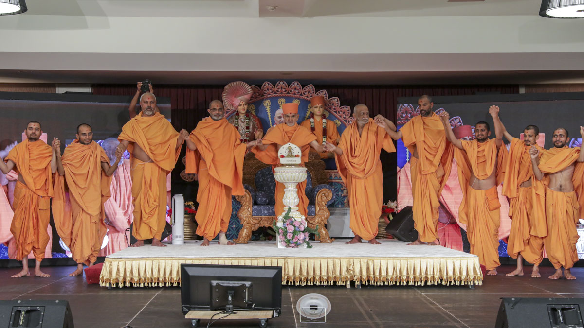 Swamishri and sadhus join hands in gesture of unity