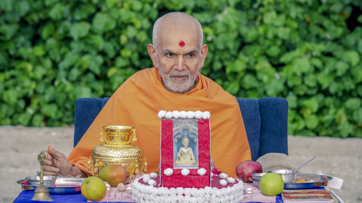 Swamishri performs the mahapuja rituals