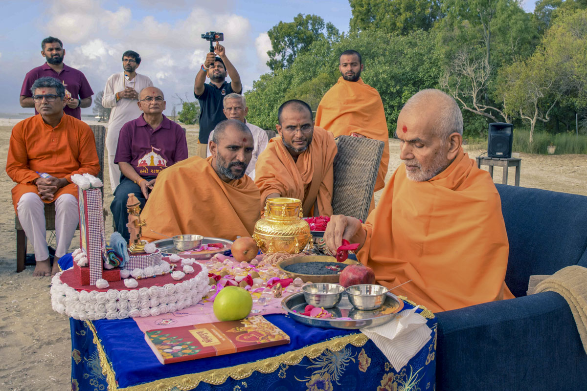 Swamishri performs pujan of asthipushpa