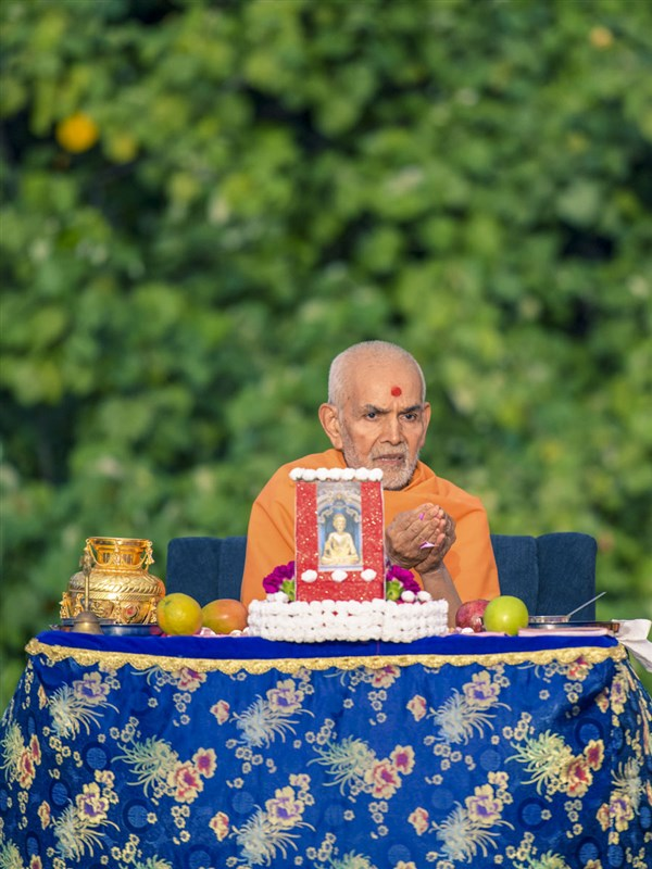 Swamishri performs pushpa arti