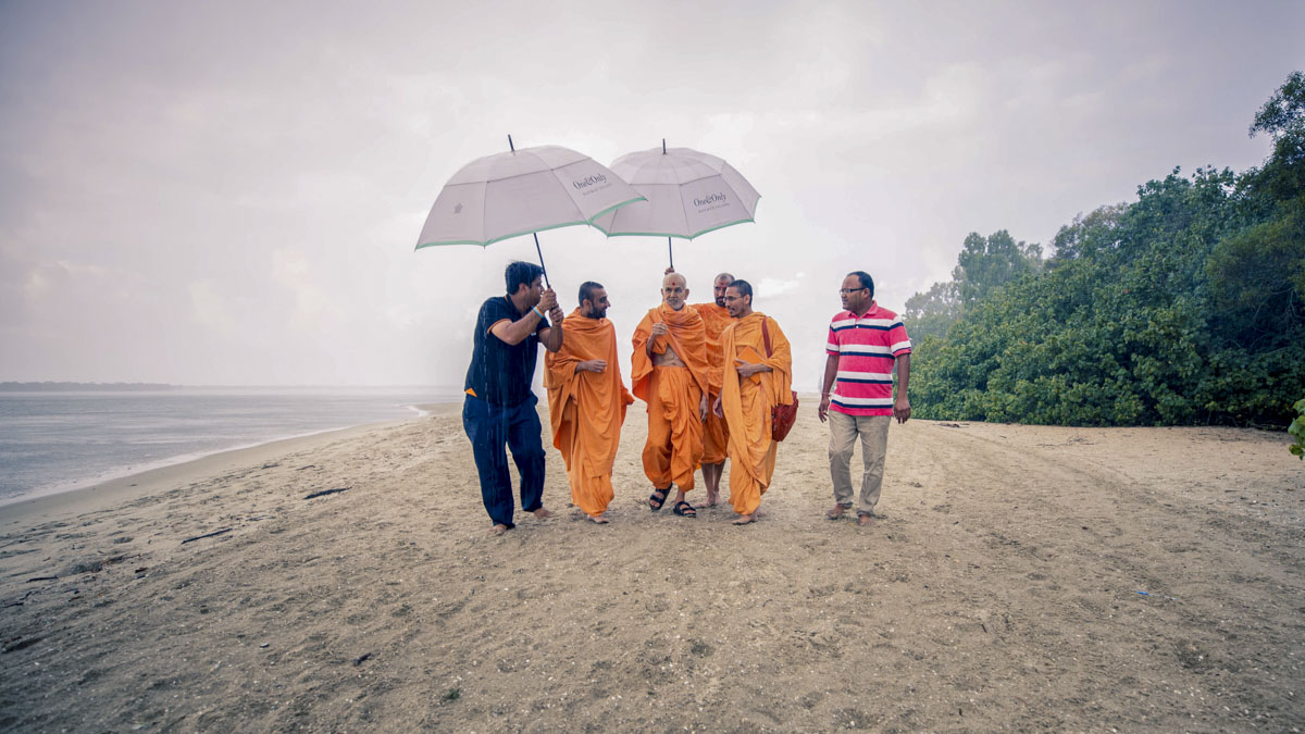 Swamishri on his way to the boat for asthipushpa visarjan