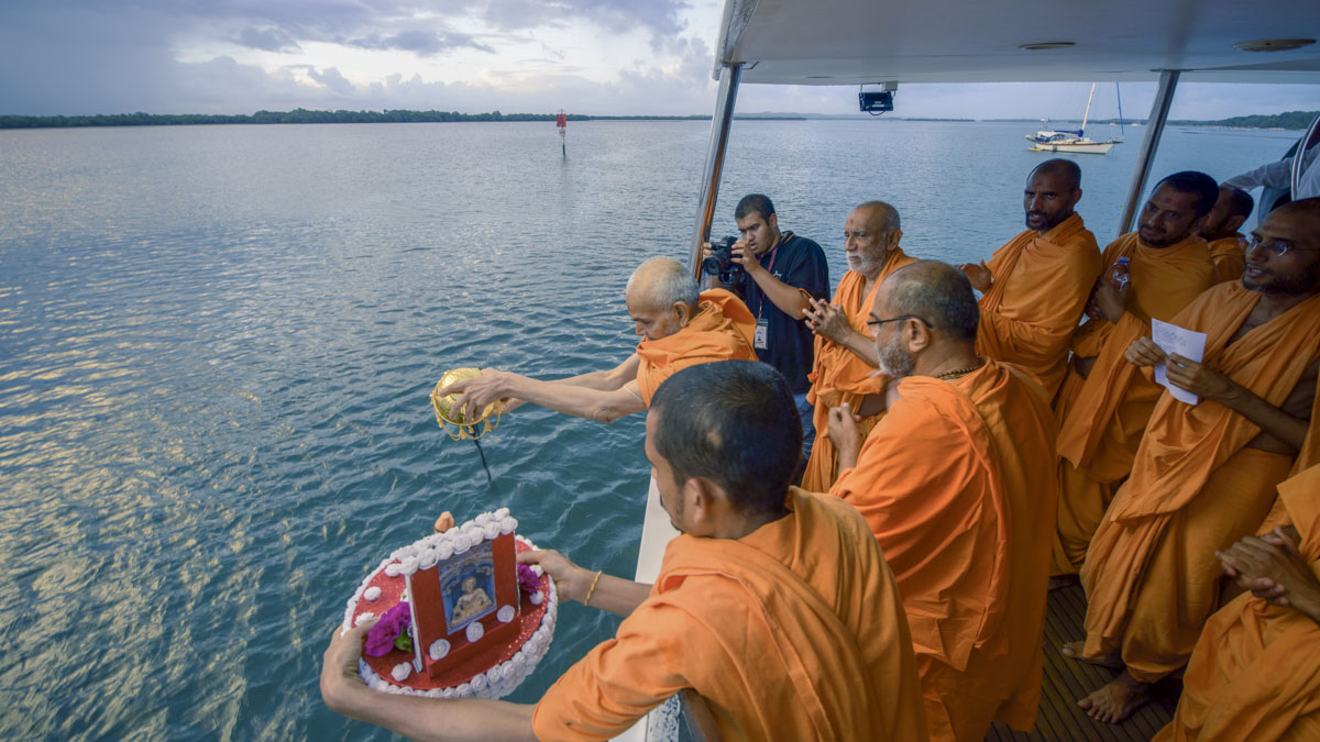 Swamishri disperses the asthipushpa of HH Pramukh Swami Maharaj in the Pacific Ocean