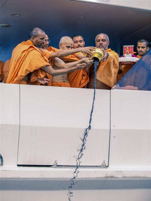 Swamishri and sadhus disperse the asthipushpa of HH Pramukh Swami Maharaj in the Pacific Ocean