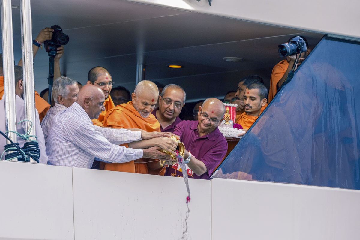 Swamishri and devotees disperse the asthipushpa of HH Pramukh Swami Maharaj in the Pacific Ocean