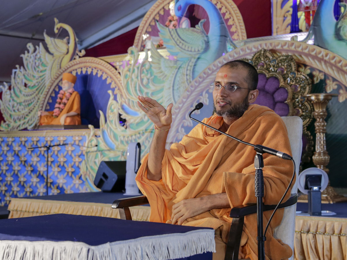 Anirdesh Swami addresses the evening satsang assembly