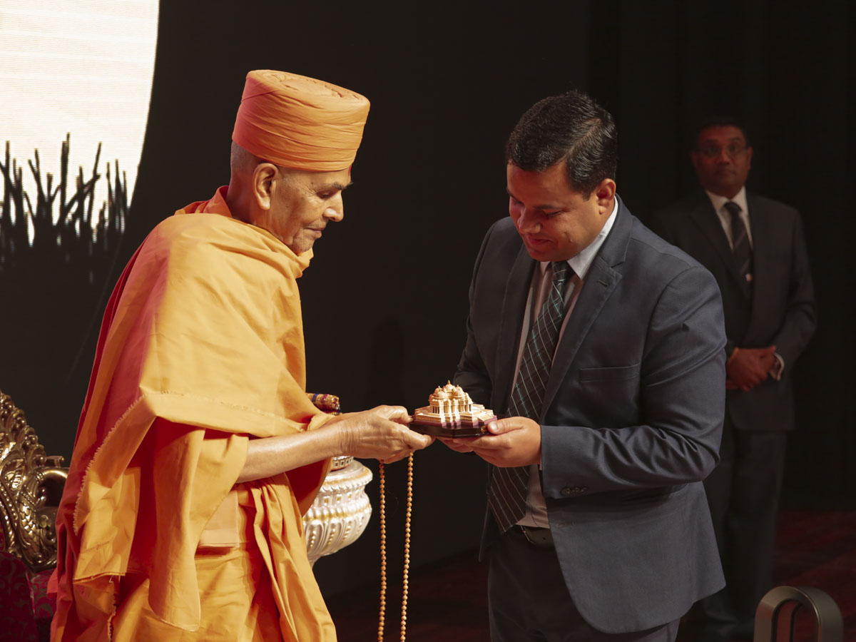 Swamishri presents a memento to Amitkumar Mishra, Consul General of India in Perth