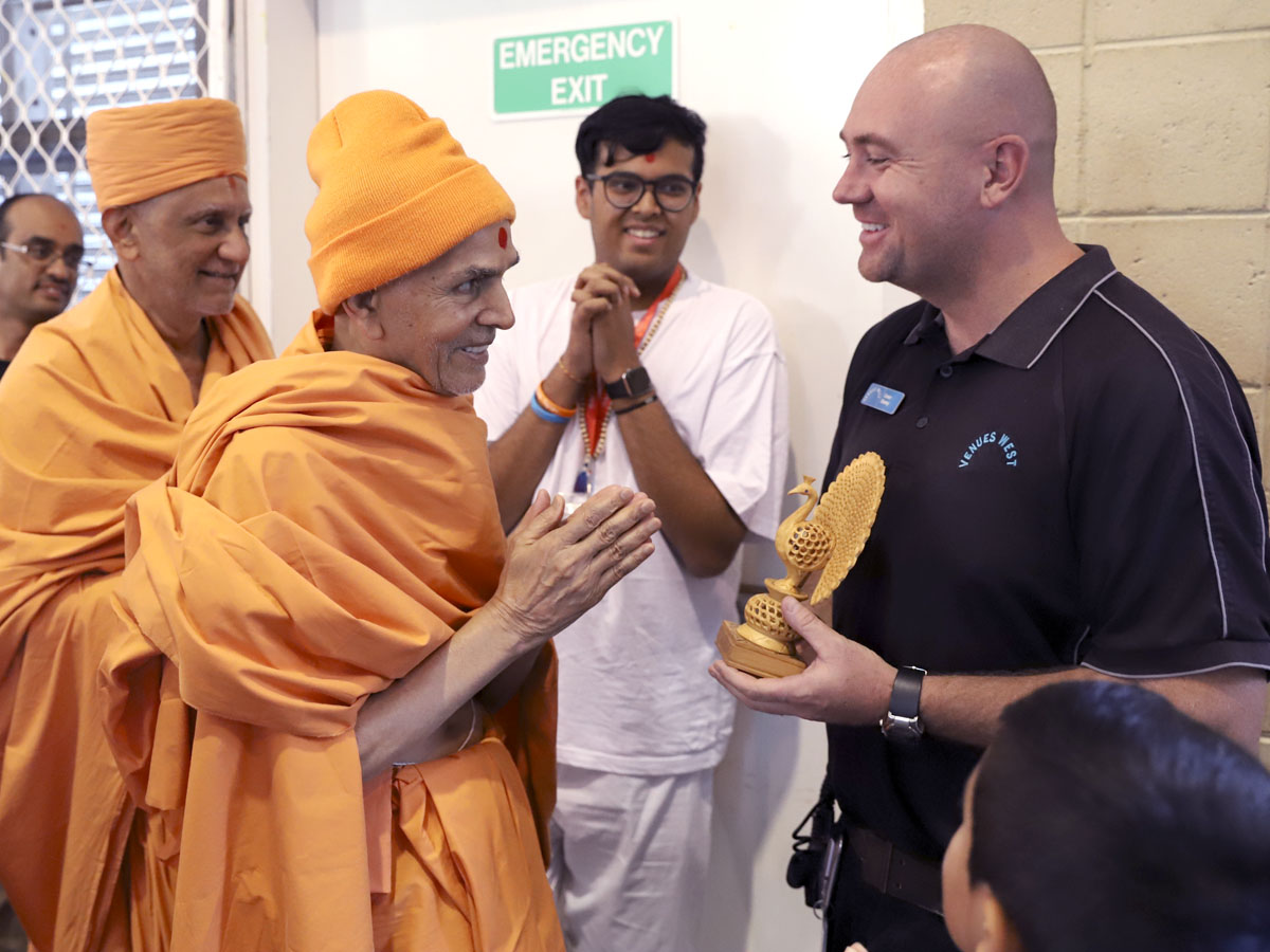 Swamishri blesses a well-wisher