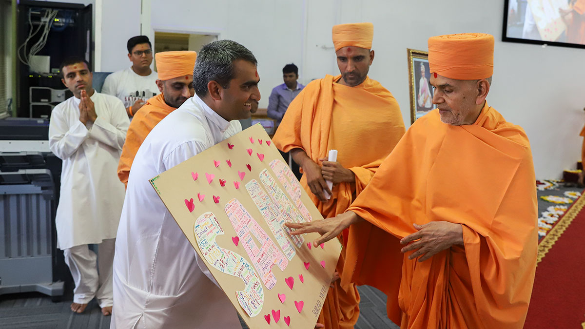 Swamishri sanctifies an artwork on the theme of unity
