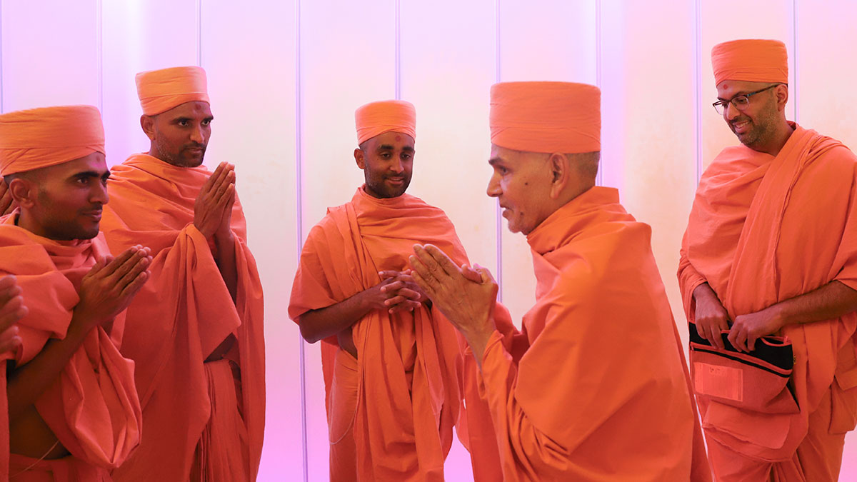 Swamishri departs from Perth