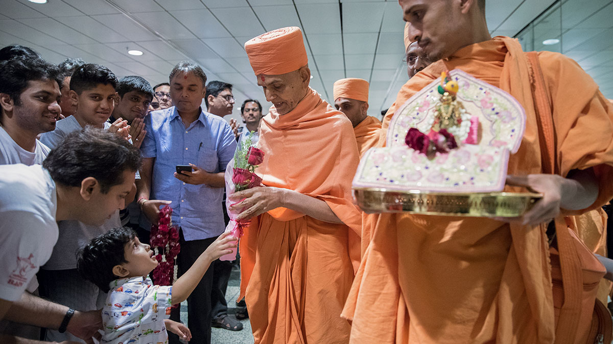A child welcome Swamishri