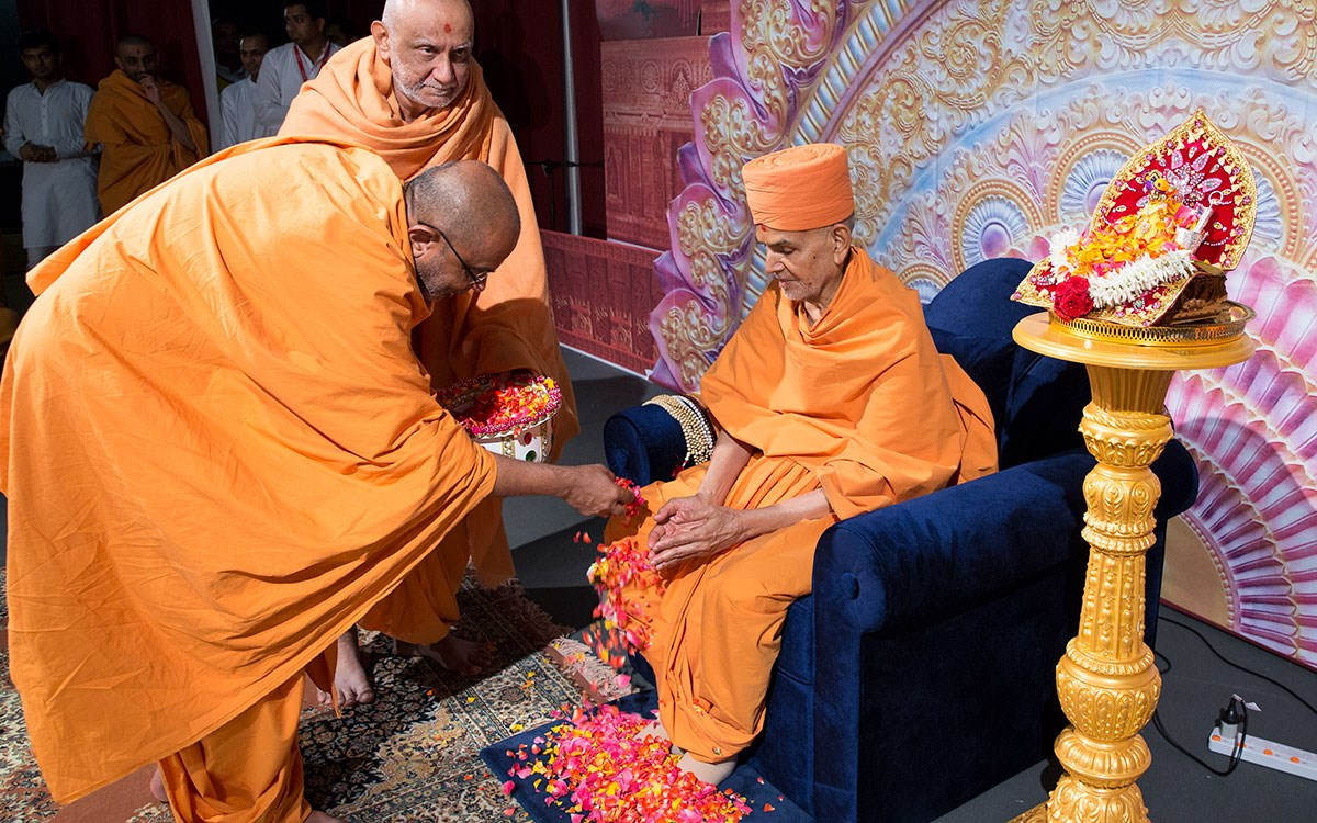 Gnaneshwar Swami showers flower petals on Swamishri