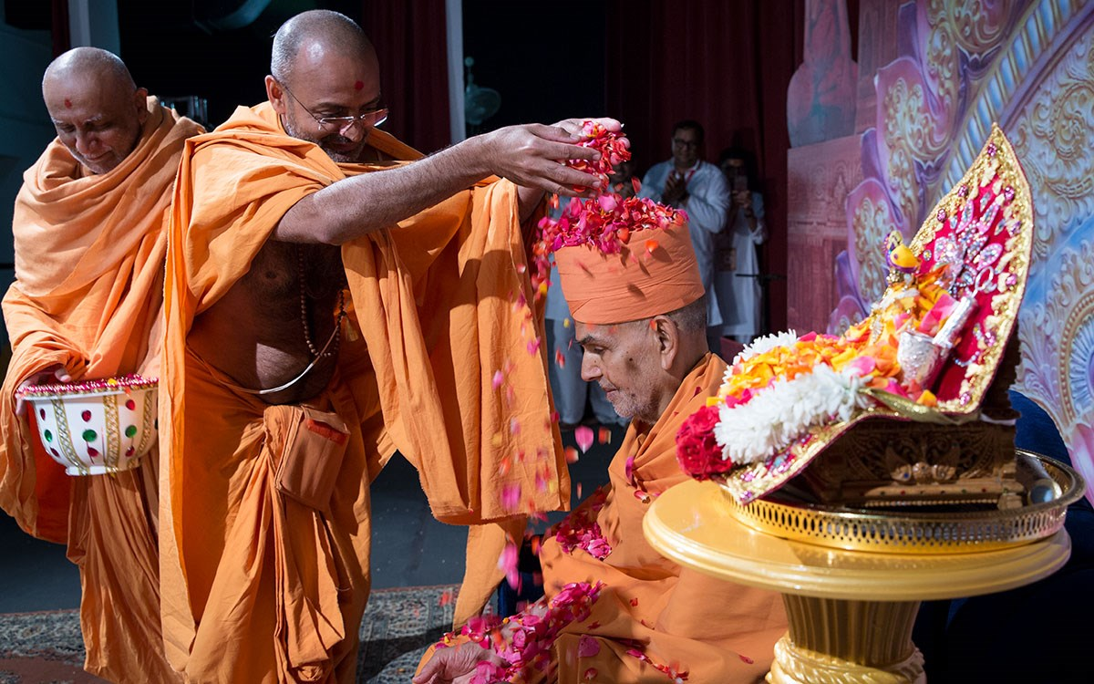 Munivatsal Swami shower flowers petals on Swamishri
