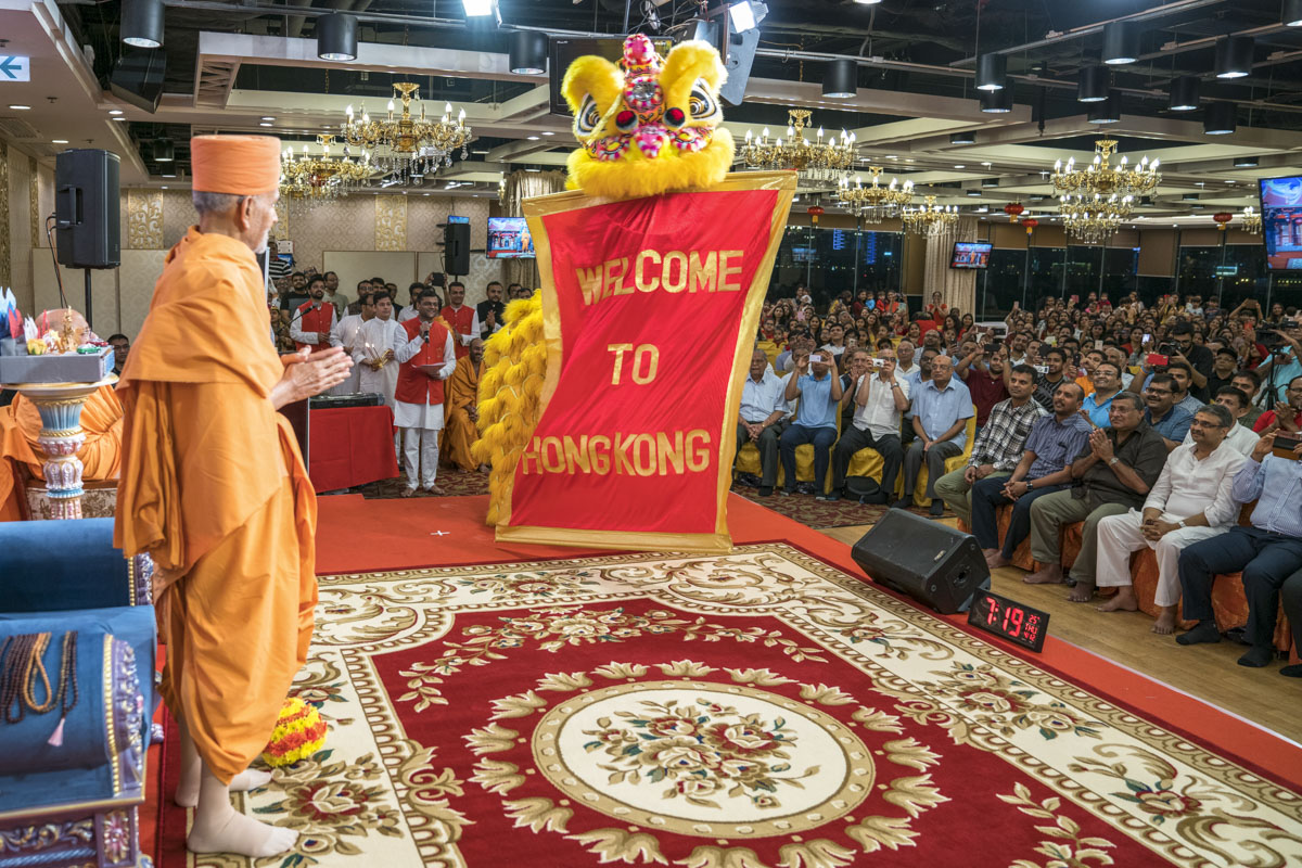 Traditional welcome for Swamishri