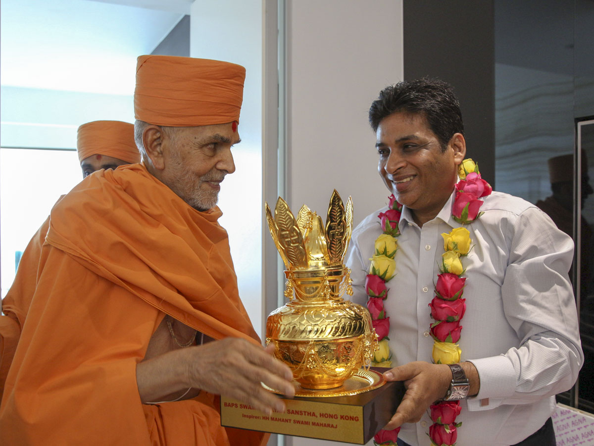 Swamishri presents an Amrut Kalash to Rajesh Agrawal