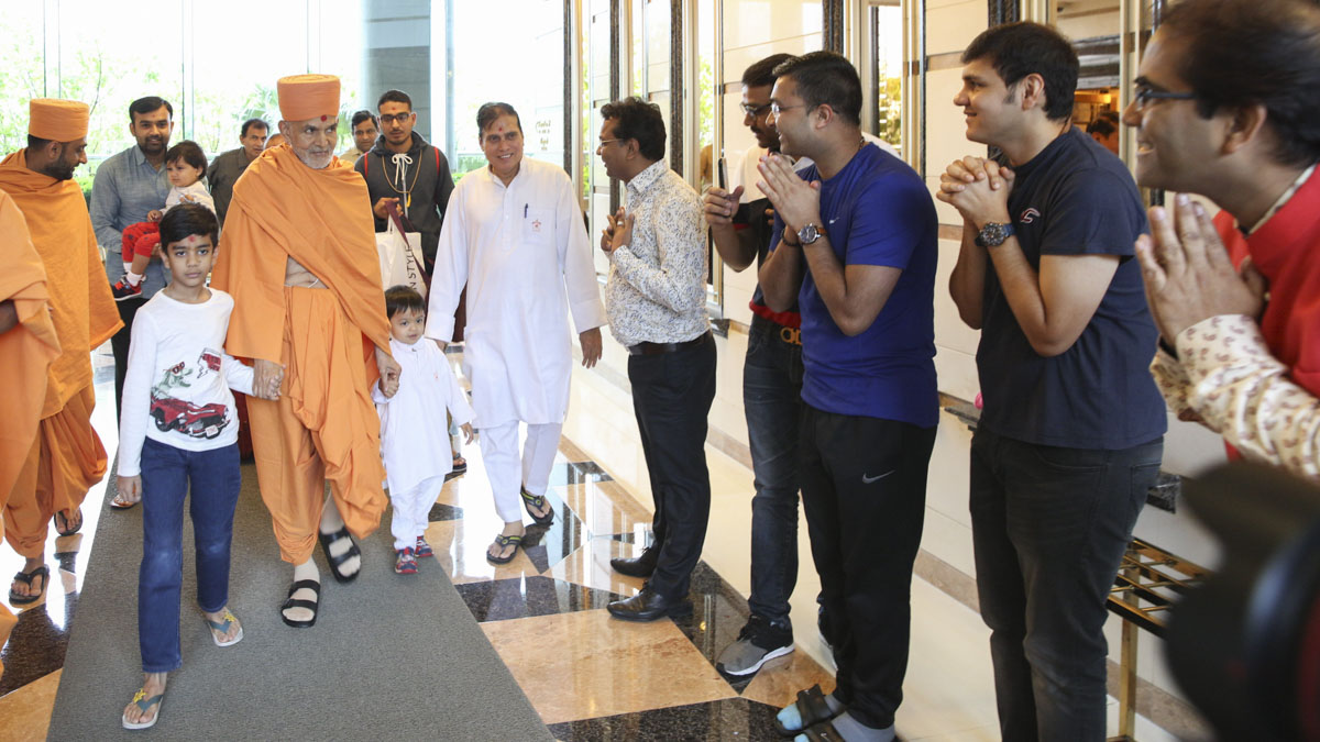 Swamishri departs from Hong Kong