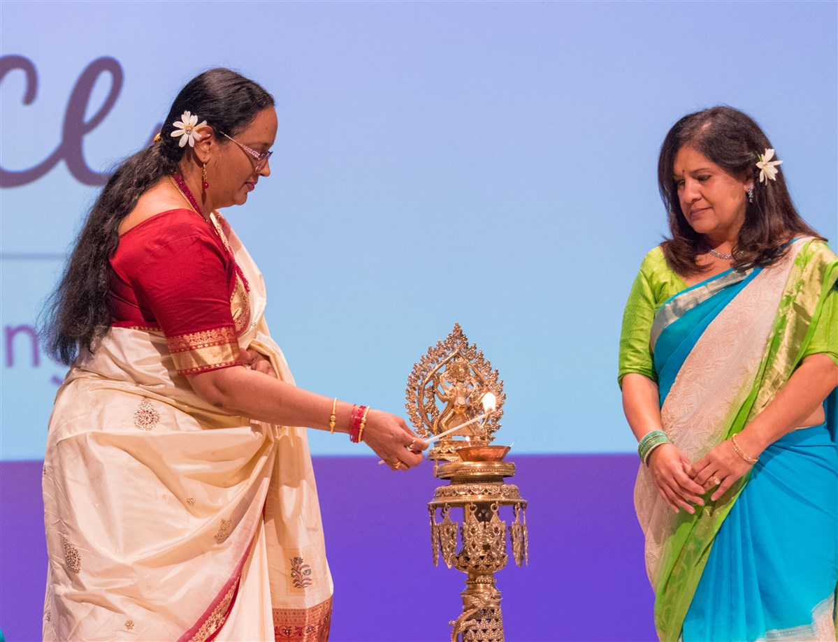 Dr. Vandana Devalapalli and Mrs. Rekha Parikh perform the deep pragitya