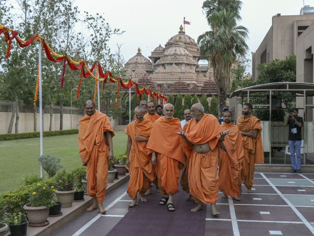 Swamishri on his way for evening arti