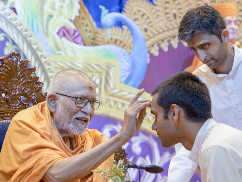Pujya Kothari Swami applies chandlo to karyakars