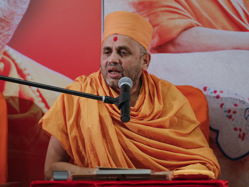 Narayancharan Swami delivers a discourse