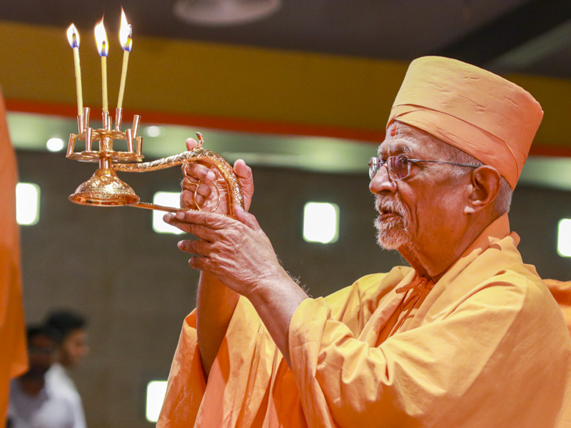 Pujya Doctor Swami performs the arti