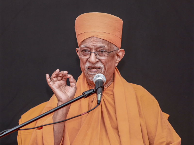 Pujya Doctor Swami blesses the assembly