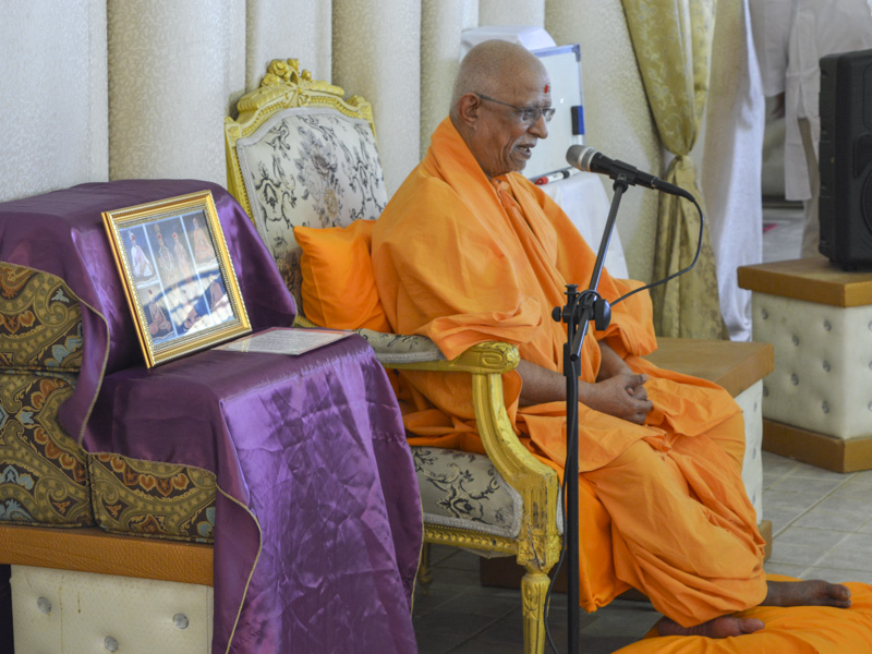 Pujya Doctor Swami blesses the children's shibir