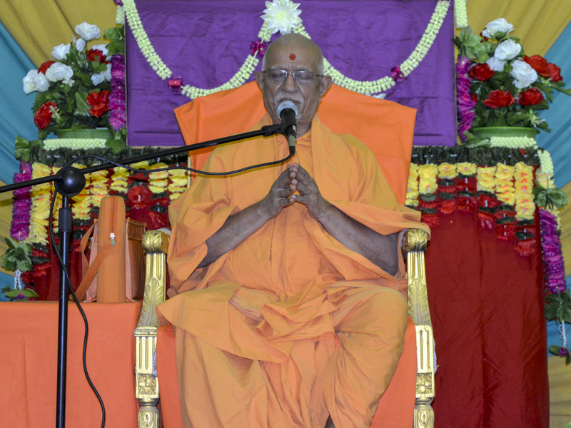 Pujya Doctor Swami blesses a shibir session
