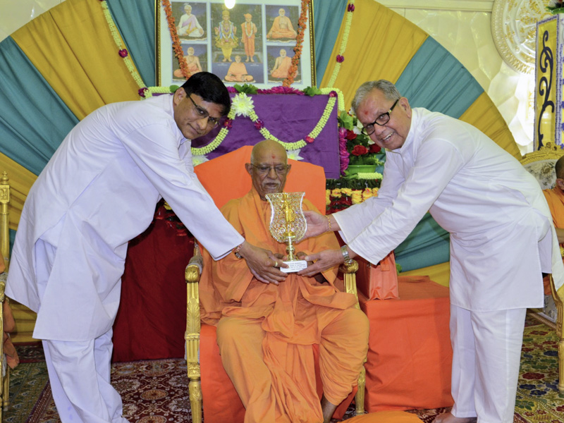 Devotees honor Pujya Doctor Swami