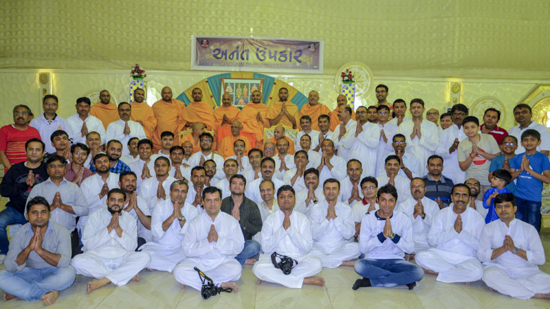 Devotees and sadhus with Pujya Doctor Swami