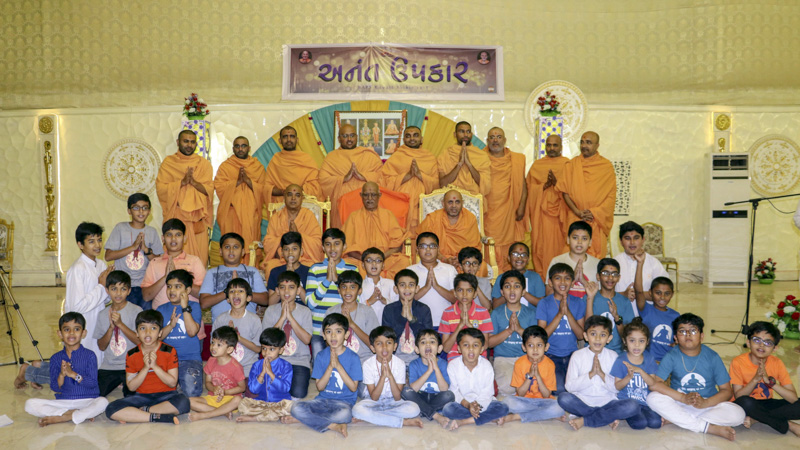Children and sadhus with Pujya Doctor Swami