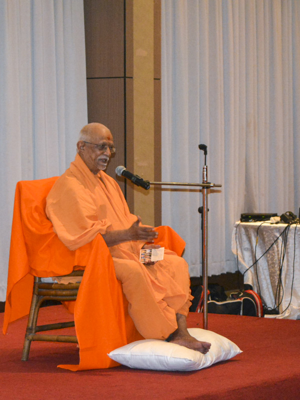 Pujya Doctor Swami blesses the shibir session