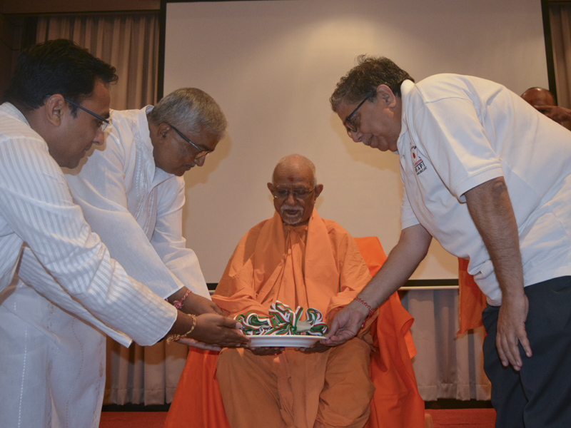 Pujya Doctor Swami sanctifies mementos