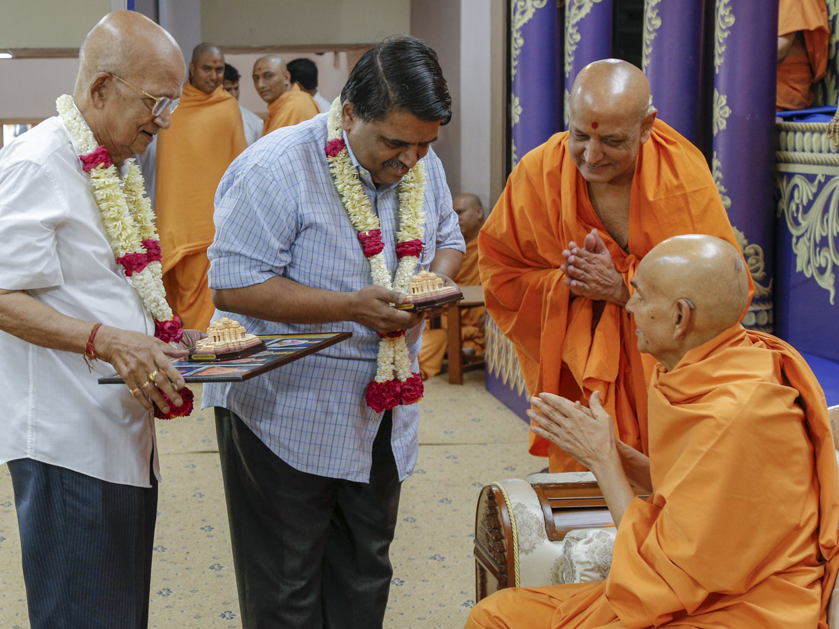 Swamishri blesses invited guests