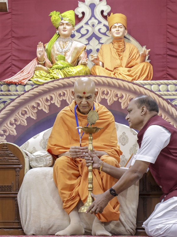Swamishri lights the inaugural lamp for Satsang Shibir: Gruhshanti ka Rajmarg - Ghar Sabha