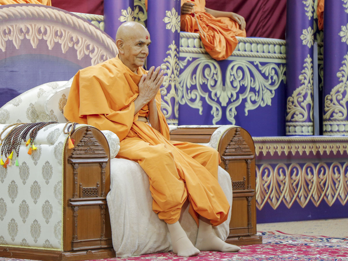 Swamishri greets devotees with 'Jai Swaminarayan' in the evening satsang assembly
