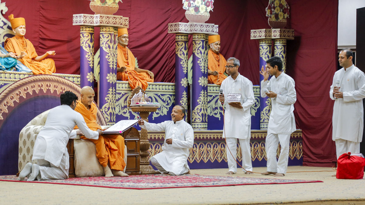 Swamishri blesses volunteers