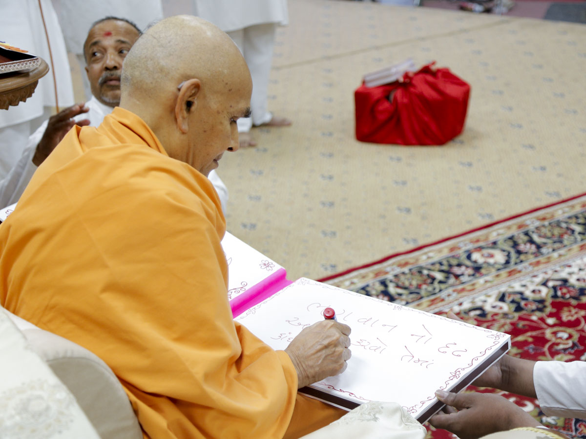 Swamishri writes blessings for volunteers