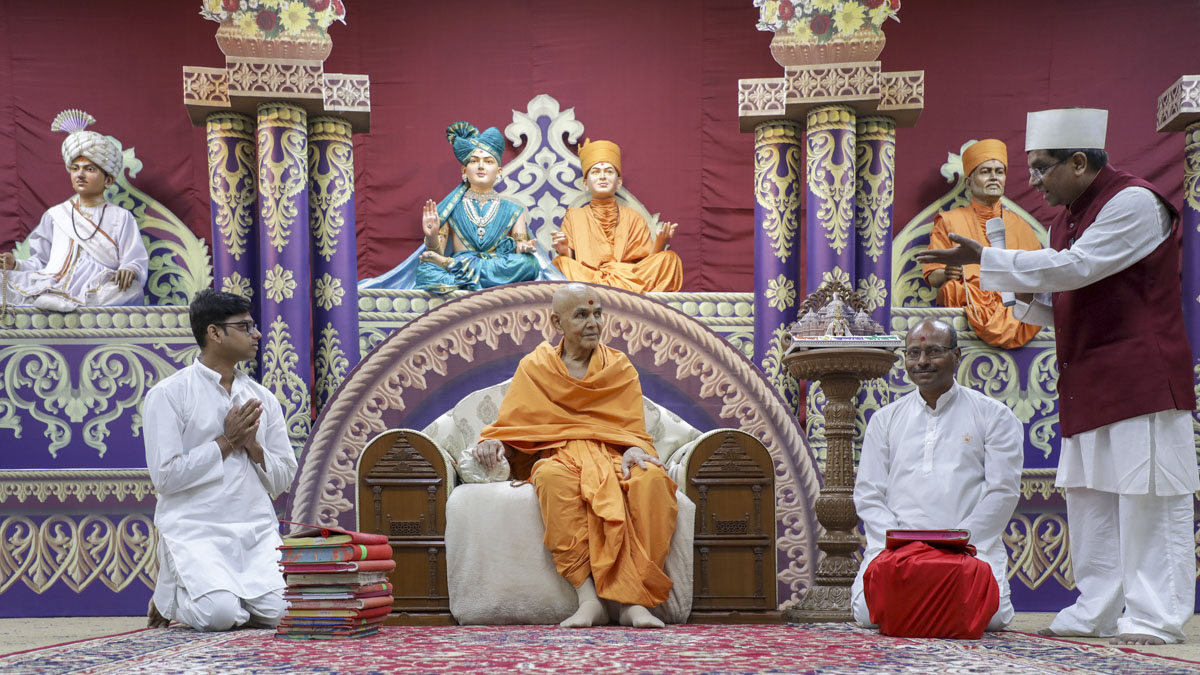 Volunteers present before Swamishri