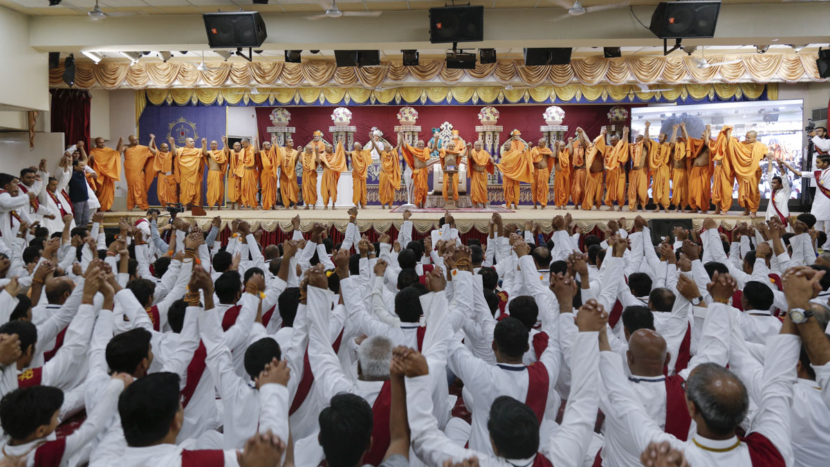 Swamishri, sadhus and volunteers join hands in a gesture of unity