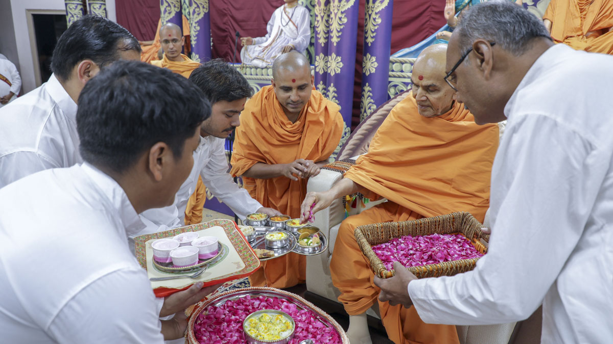 Swamishri sanctifies prasad for volunteers