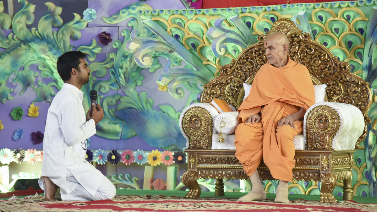 A youth prays before Swamishri