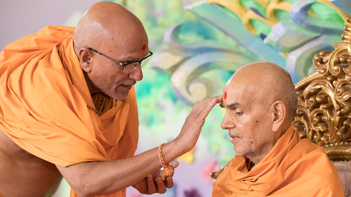 Yagneshwar Swami applies chandan to Swamishri