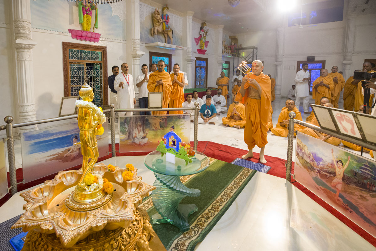 Swamishri performs arti of Shri Nilkanth Varni