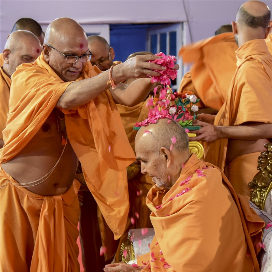 Yagneshwar Swami showers flower petals on Swamishri