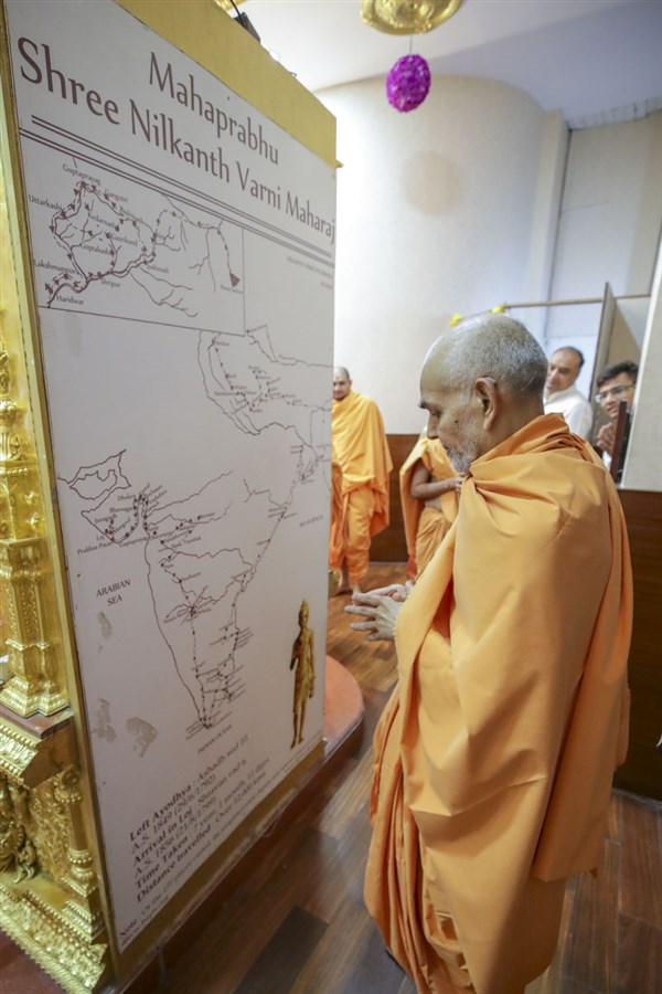 Swamishri observes a map showing Shri Nilkanth Varni's pilgrimage throughout India